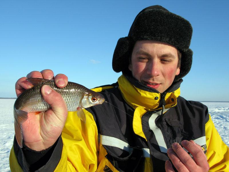 Весенняя рыбалка на Рыбинском водохранилище. Ловля плотвы в марте на мормышку.